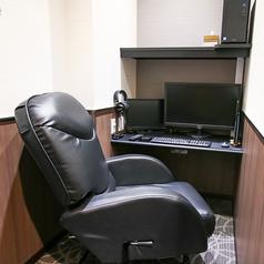 リクライニングチェアのゆったりルーム。【設備】TVモニタ:20型液晶テレビ、PCモニタ:27型液晶モニタ、PC:ミドルスペック、座席:座面ウレタンマット