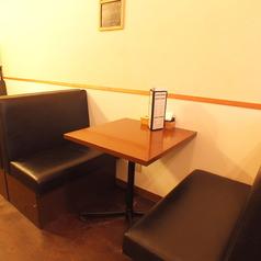 【テーブル席】気持ち良いソファ席です。ふかふかのソファでゆったりお過ごしいただけます。