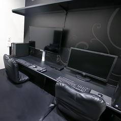 フラットタイプのVIPルーム。【設備】TVモニタ:40型液晶テレビ、PCモニタ:27型液晶モニタ、PC:ミドルスペック、座席:座面ウレタンマット