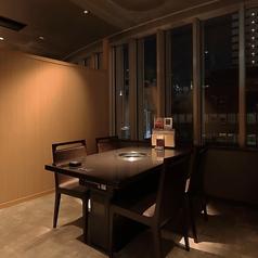 完全個室、窓際個室です!2名様用のテーブル席。カップル、友達同士に!