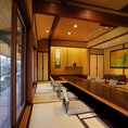 【西・南の館】枯山水の庭園を望みながら、日本情緒の本来を味わうお部屋。古き良き和のぬくもりを感じながら、少人数から大宴会まで幅広くお使いいただけます。お席のタイプは座敷、テーブル、掘りごたつなど様々ございます。また、完全個室(壁・扉あり)や【個室仕切り】になっておりますので、コロナウィルス対策も〇