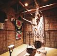 アイヌ伝統家屋「チセ」を模した特別個室「ハルのチセ」。すすきのにいるのを忘れてしまうような非日常空間です。