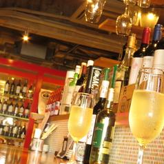 仕事帰りに気軽に寄れるワインバル♪おしゃれなカウンター席でお食事を楽しむのがツウなスタイル!