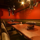 スタイリッシュなテーブル席は4~6名様までOKのお席が3席、2~4名様までOKのお席を6席ご用意しております。