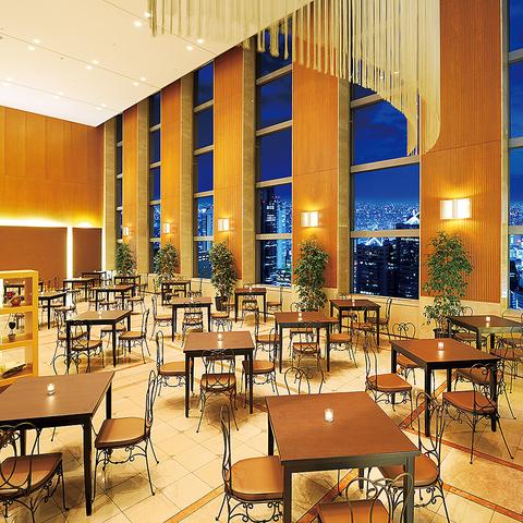 大きな窓から差し込む陽の温かさを感じ、新宿の絶景を眺めながら食事をお楽しみ下さい