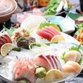 その日仕入れた本日のおすすめ鮮魚から、お好きな魚をお選びいただけます。日替わりの魚は珍しいものも多く、多種の刺身や塩焼き・煮付けがお楽しみいただけます。日替わりメニューに関しては、直接スタッフにお問い合わせください!