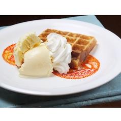 料理メニュー写真アイスクリームと生クリームのトッピングワッフル