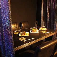 【3~4人用テーブル席】友達の誕生日や送別会、結婚祝い、就職祝いなどのサプライズに向けたプランは→食事+飲放(アルコール&ソフトドリンク)+本格テーブルマジック観覧+お祝いサプライズ演出がセットに!女子会なら【クーポン1番】、男女グループなら【クーポン2番】が人気!サプライズ演出は数量限定、要予約!
