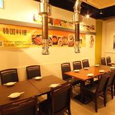 広々とした空間にシンプルなテーブルや椅子が配置されております。