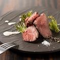 【こだわり1】1日限定5食!A5ランク国産黒毛和牛のローストビーフ◆口に入れた瞬間に赤身肉も旨みと脂の甘みが広がります。開店時間に合わせて仕込み、出来立てをご提供致します。