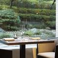 広大な庭園を眺めながら、贅沢な時間をお過ごしいただけるテーブル席をご用意しております。