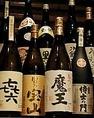 九州地区にある鹿児島、宮崎、熊本を中心に、芋・麦焼酎を20種類ほど取り揃えております。それぞれの香ばしい香りや熟成方法があり、特別な味わいを引き出してくれます。飲み放題コースは1500円で2時間制とさせていただきますが、プラス500円で全種類の地酒を飲み比べることが可能です。