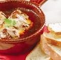 料理メニュー写真ごろっとビーフ煮込みのチーズ焼き バゲット添え
