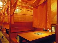 カーテンで仕切られたテーブル席です。4名様×6