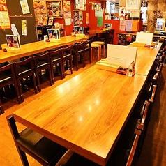 【テーブル席を違った角度から撮りました】肉横唯一の広々とした空間★女子会・サク飲み・待ち合わせついでに・今日は安く飲みたい・久しぶりに会った仲間と…そんなときのご利用にピッタリ!意気投合したお隣のお客様同士でワイワイお楽しみ頂いている姿も♪