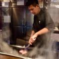 大きな鉄板で調理するので、味覚だけでなく視覚・嗅覚でもお楽しみいただけます♪ 焼肉 飲み放題 串カツ 居酒屋 宴会 肉 なんば 誕生日 記念日 道頓堀 隠れ家 デート 個室 掘りごたつ 大阪名物 カウンター 鉄板焼き