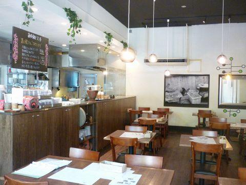 白を基調とした清潔感ある店内で、本格タイ料理を堪能してみませんか?