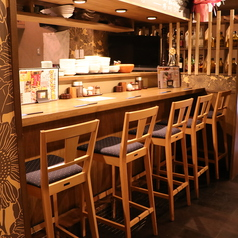 1F:カウンター席。厨房を挟んでカウンター席が2列あります。