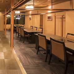 テーブル席は26卓ございます。ご家族、ご友人とのお食事はもちろん、各種ご宴会もぜひ『かごの屋』をご利用下さい。