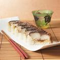 【テイクアウト】  ~焼きさば寿司(1本)~ ジェットオーブンを使用し、直火よりもふっくらとジューシーに焼き上げました。シャリとの間に敷き詰めた生姜が全体を引き締めます。 【価格】1,296円