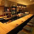 【堀こたつカウンター】 利酒師がいるカウンター席。全国から厳選してきた150種類以上の日本酒をお料理に合わせてご提案させていただきます。Jazzが流れる店内は大人の空間を生み出しています。接待やデートなどにオススメです。和食料理と銘酒の数々をどうぞお楽しみください。