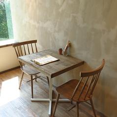 壁際の静かな席はカップルのデートにおすすめ◎