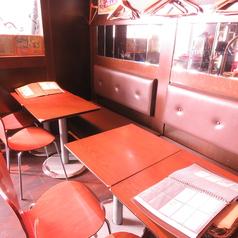 【テーブル席】【2名様~】店内入ってすぐにお二人様専用のテーブル席をご用意しております☆飲み放題付きのお得なコースもございますのでお気軽に問い合わせ下さい♪