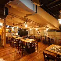 【2~4名様テーブル席】カジュアルで開放的な酒場の雰囲気が魅力のテーブル席。少人数の宴会からテーブルをつなげて10名ほどの中規模宴会など、様々なシーンでご利用いただけます!