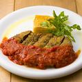 料理メニュー写真仔牛のミラノ風カツレツ ~チーズポレンタ添え 自家製のトマトソース~