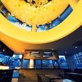 7Fの夜景の見えるレストランフロアは天井からオシャレなシャンデリア垂れ下がり、夜景の美しさを引き立てます。