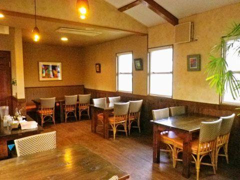 ランチは店内のお席も窓が多いので外からの光が差し込む。ディナーはガラッと雰囲気が変わり、落ち着いた雰囲気に。