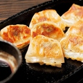 料理メニュー写真【博多】博多名物一口焼き餃子(7ヶ)/あつあつ鉄板キムチ餃子(5ヶ)