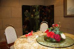 4名様までお座りいただける華やかなテーブル席です。デートや接待など個室ご利用の際は事前にご相談下さいませ。