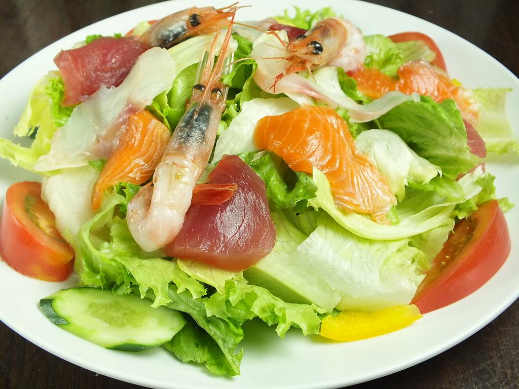 野菜と海鮮の豪華な組み合わせ!ボリュームも満点の豪快海鮮サラダ850円(税抜)