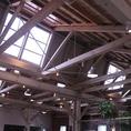 ノコギリ屋根の内側。天井が高く、開放的な空間となっております。