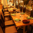 仕切りのある個室調のテーブル席は最大25名様利用可能なテーブル席。大きな窓からの景色はテラスやリゾート感覚を味わえる団体宴会やデート、記念日に最適な空間です。