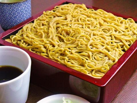石臼で挽いたそば粉で作る自家製麺と四季折々の味わいが楽しめる地域に根差すそば店。