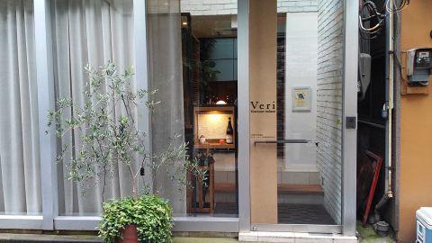 下町情緒と古都のような風情を併せ持つ街、神楽坂の裏路地にたたずむ一軒家レストラン。居心地の良い空間で美味しい料理と語らう幸せを堪能していただける大人のための社交場です。