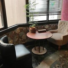 向かい合うソファ席はカップルにもおすすめ。窓際のお席もございます。お飲み物のみのご利用もできますので、夜カフェデートにもおすすめ。様々なタイプのインテリアが並びおしゃれな空間です。