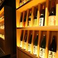 【個室】 8名様~最大20名様のお席をご用意しております。全国から厳選した銘酒がずらりと並ぶ様子は圧巻。さらに気分を盛り上げてくれることでしょう。職人が腕を振るう本格和食や創作料理、そしてもちろん美味しい日本酒をどうぞお楽しみください。※個室のご利用はチャージ10%を頂いております。