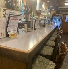 カウンターは全部で10席ございます。カウンターは大将やスタッフとの会話を楽しめる他、大将が手際良く調理するところも眺めることができる特等席ともなっています。お一人でゆっくりされたい方もぜひどうぞ。おすすめの日本酒はぜひスタッフにお尋ねください。