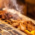 場内酒場の串焼きは一本一本愛情を込めて手打ちで仕込み炭火で焼き上げるこだわりの逸品。