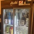 店に入ってすぐに日本酒用の冷蔵庫がございます。日本酒は随時おいしい季節に合ったものを仕入れておりますので冷蔵庫でおすきなものをお探しください。