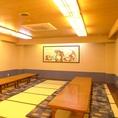 2階のお座敷大広間は最大80名まで収容可能!貸切利用も50名程度~OKです。個室利用も可能ですので、お気軽にお問い合わせください。広々とした空間で大人数宴会がしたいなら、赤たぬきで決まり!