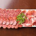 料理メニュー写真生ハムとサラミ3種類の盛り合わせ