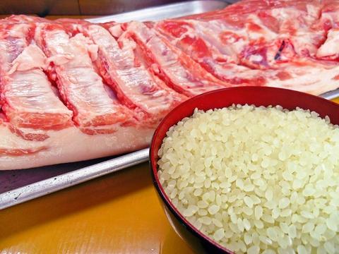 お米やお肉、新鮮な野菜など会津産の食材を厳選し、カウンターを囲んで楽しめるお店。