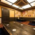 ワンフロアーに三席テーブルが置かれていて貸切宴会ならば最大20名様まで着席可能です。14名様から貸切できますのでご予約の際にお問い合わせ下さいませ。フローリングタイプのお座敷は心安らぎ気の合う仲間との宴会や会社での集まりに最適です。