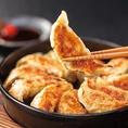 博多屋台や名物の鉄鍋餃子!本場博多屋台の味を再現しています♪皮はパリパリで中のお肉はとってもジューシー!鉄鍋なので熱々のままお召し上がりいただけます★