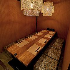 斬新なデザインのインテリアが冴える空間でごゆっくりお寛ぎください♪気軽にお酒を楽しみたいお客様は、使い勝手の良いテーブル席が最適。栄駅近でアクセスが便利なのも幹事の皆様に好評いただいているポイント。※21時以降サービス料10%