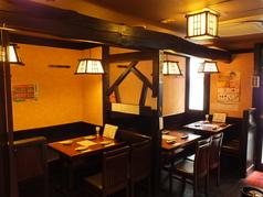茶色で統一された店内は、テーブル席が多数ございます。